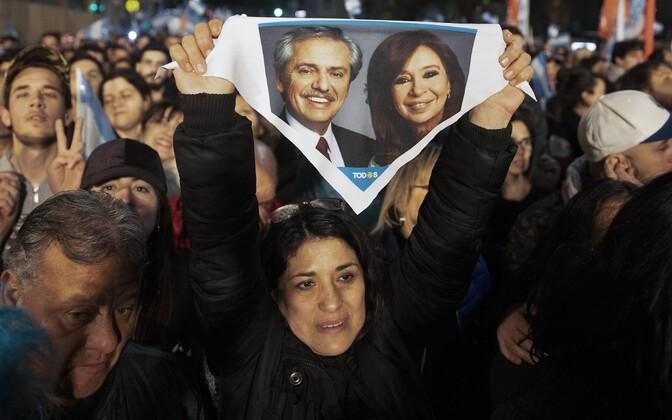 Alberto Fernandeze toetaja tema ja asepresidendikandidaadi Cristina Kirchneri kujutisega.