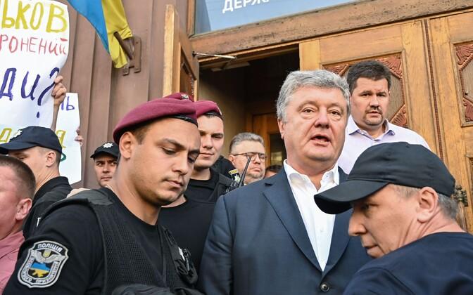 Ekspresident Petro Porošenko uurimiskomiteest lahkumas.