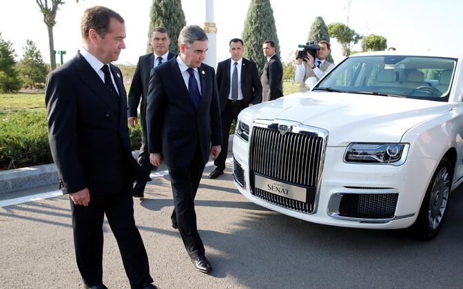 Türkmenistani president tutvus Aurus Senatiga Türkmenistani autonäitusel