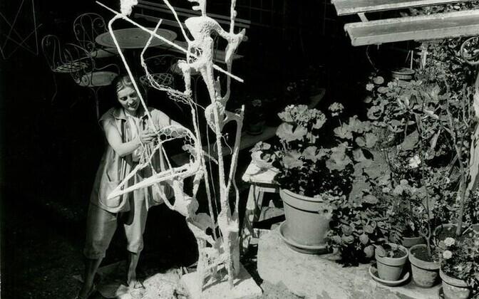 """Maire Männik viimistleb skulptuuri """"Helisev perspektiiv"""" Pariis, 1956."""