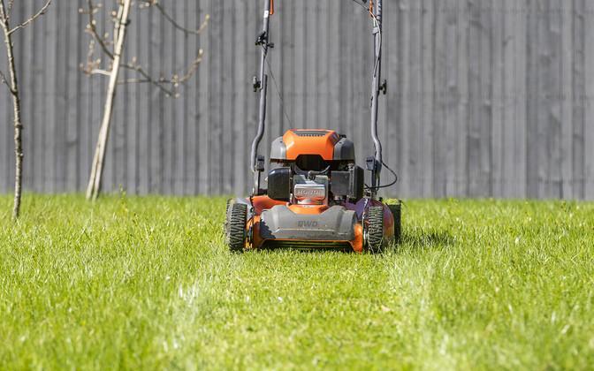 Владельцы газонокосилок снова смогут использовать топливо без биодобавок. Иллюстративная фотография.