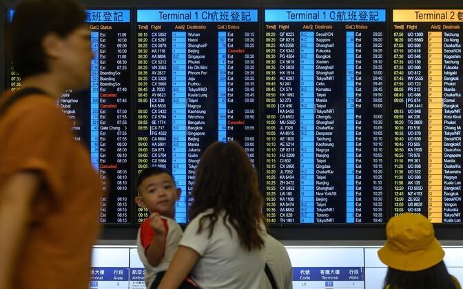 Reisijad Hongkongi lennujaamas.