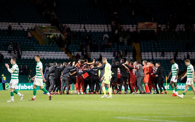 Glasgow Celticu mängijad pettunult väljakult lahkumas, samal ajal kui Cluj edasipääsu tähistab.