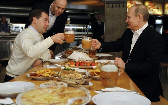 Dmitri Medvedev ja Vladimir Putin Moskvas Žiguli baaris õlut maitsmas, arhiivifoto.
