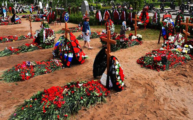 Minituumaallveelaeval AS-12 Lošarik hukkunute matused Peterburis 6. juulil.