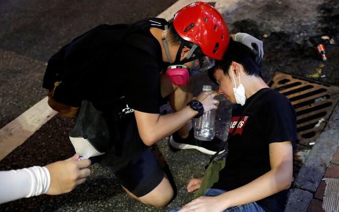 Hongkongi protestijad üksteist pärast pisargaasi rünnakut aitamas.