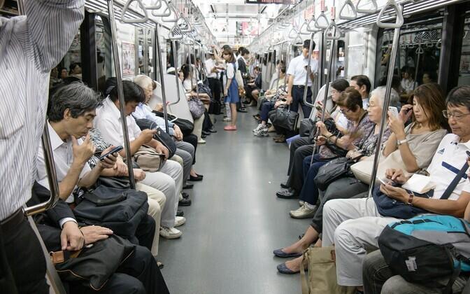 В метро Токио.