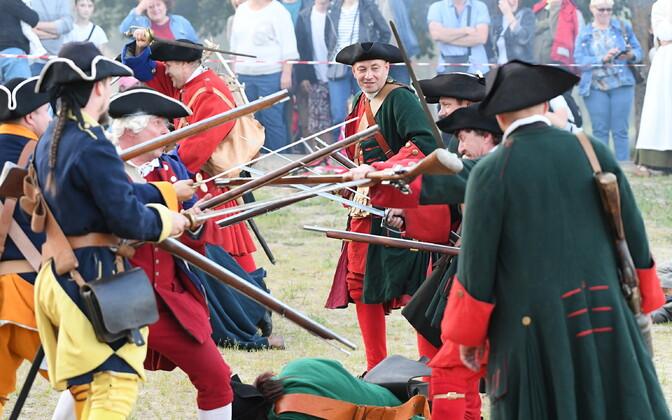 Реконструкция сражения между шведскими и русскими войсками.
