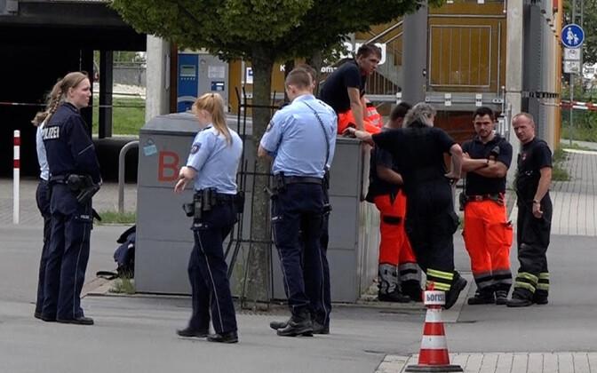 Politseinikud ja parameedikud rünnaku toimumispaigas.