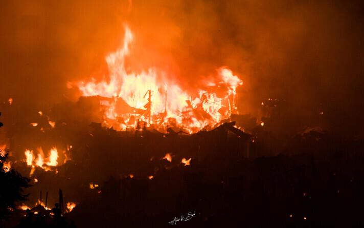 Пожар в трущобах Дакки - столице Бангладеш.
