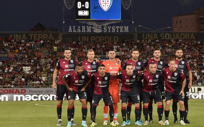 Ragnar Klavan (tagumises reas vasakult teine) ja Cagliari Calcio.