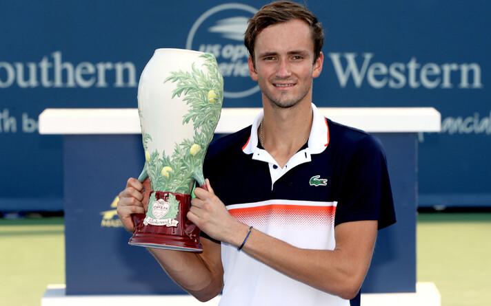 Даниил Медведев после победы на турнире в Цинцинатти стал пятой ракеткой мира.