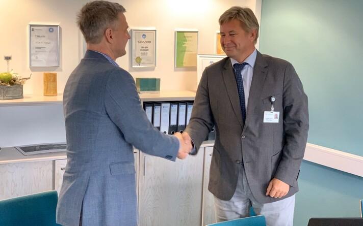 Подписи под договором поставили председатель правления Ида-Вируской центральной больницы Тармо Баклер (справа) и председатель правления Astlanda Ehitus Каупо Колсар.