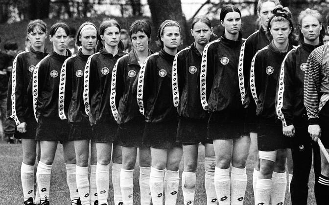 Naiste koondis 1997. aastal enne kodumängu Tšehhiga, kus tegid kaasa mitmed mängijad, kes kuulusid koosseisu esimeses kohtumises.