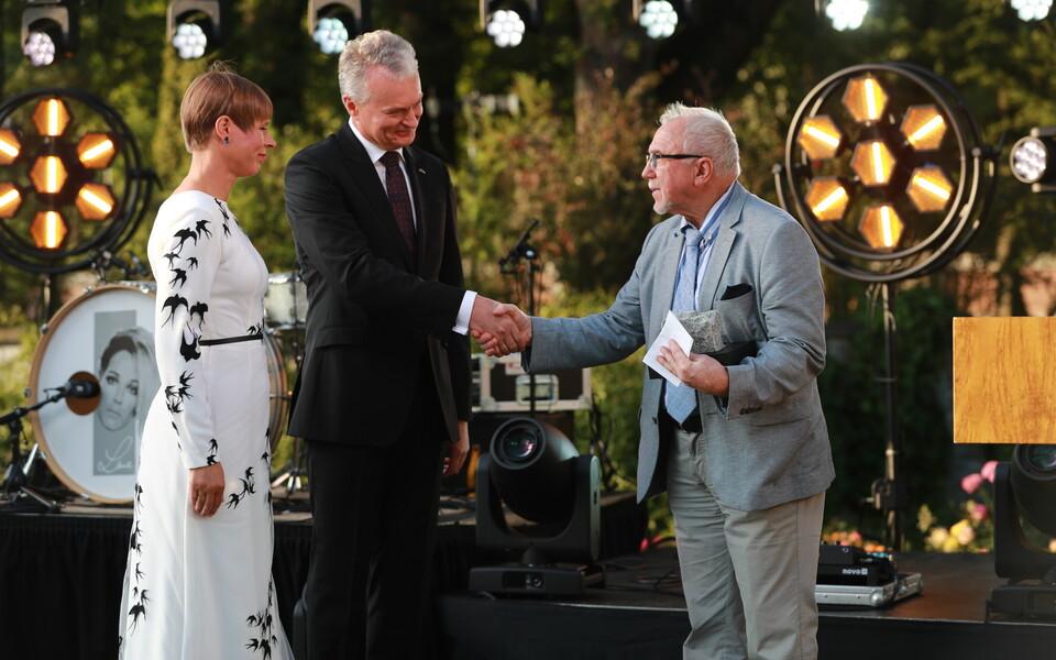 Президенты Эстонии и Литвы вручают мемориальный камень Рейну Вейдеманну.