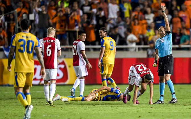 Ajax pidi viimased kümmekond minutit mängima vähemuses , kui Noussair Mazraoui teenis punase kaardi.