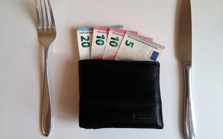 По сферам деятельности зарплата в конверте наиболее популярна в секторе питания, где с «черной» зарплатой сталкивались 16 % отвечавших.