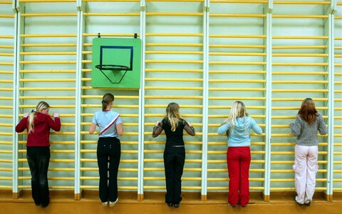 Учителям физкультуры следует оказывать ученикам всестороннюю поддержку. Иллюстративная фотография.