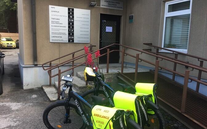 Велосипед скорой помощи возле здания управы.