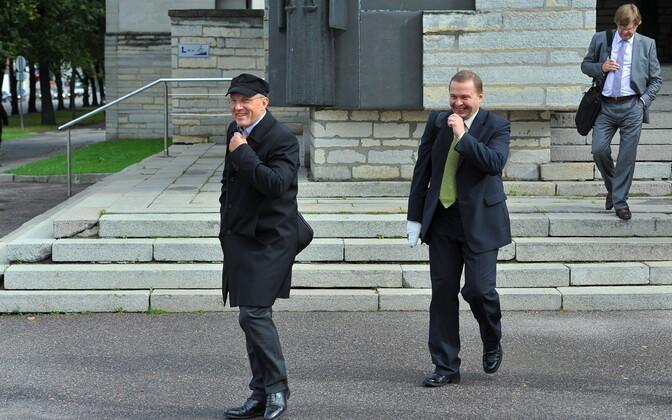 Toonane maa-ameti peadirektori Kalev Kangur (keskel) maadevahetuse protsessi ajal kohtuhoonest väljumas. Tema kõrval kaaskohtualused Toomas Annus ja Tullio Liblik (taamal).