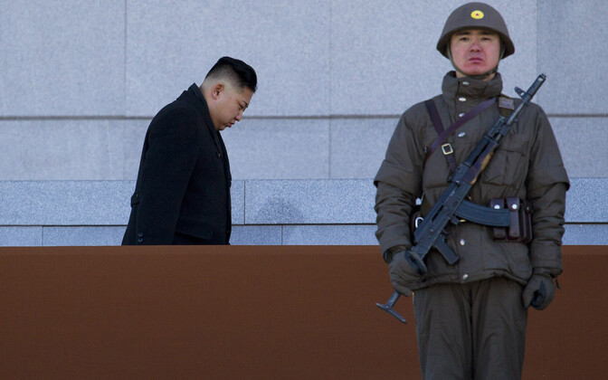 Põhja-Korea liider Kim Jong-un ja sõdur.