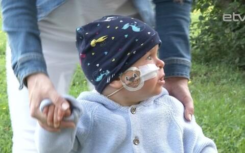 Маленький нарвитянин Олег, страдающим редким заболеванием, успешно прошел повторную операцию в Англии.