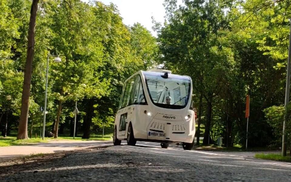 В Таллинне впервые экзамен по дорожному движению сдавал беспилотный автобус.