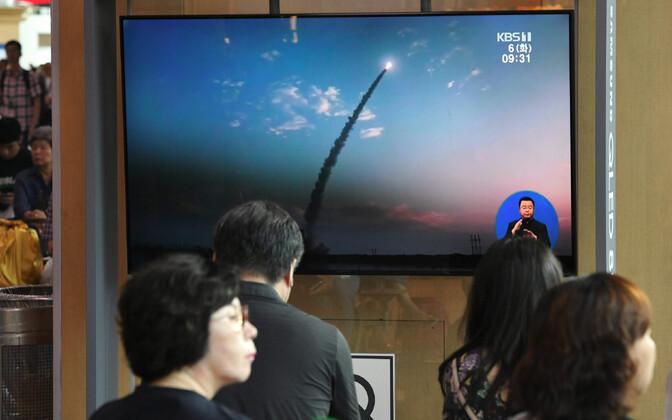 Lõunakorealased vaatamas videouudist põhjanaabri eelmisest raketikatsetusest augusti algul.