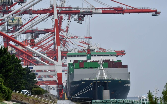 Kraana Tokyo sadamas kaubalaevalt konteinereid maha laadimas.