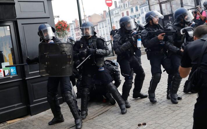Полиция применила водометы и слезоточивый газ.