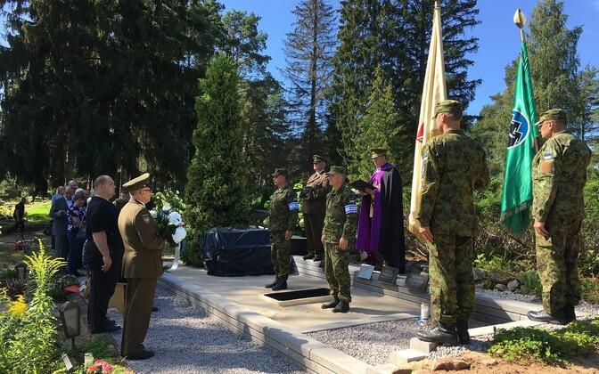 Viljandis maeti auavalduste saatel ohvitser ja metsavend Eerik Varrak.