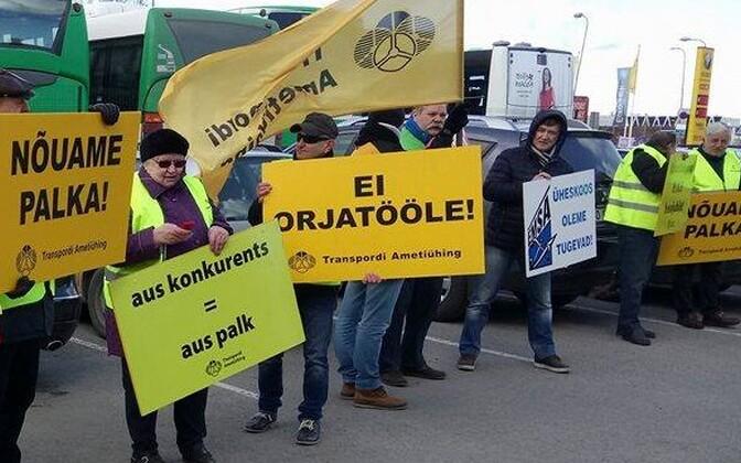 Профсоюз транспортников вышел на пикет в поддержку водителей автобусов ATKO.