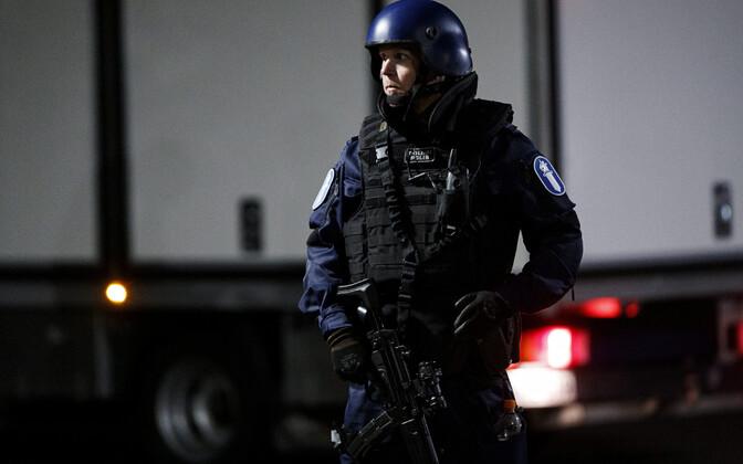 Soome politseinik sündmuskohal Porvoos ööl vastu pühapäeva.