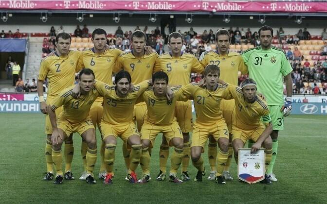 Анатолий Тимощук (с вымпелом) был капитаном сборной Украины.