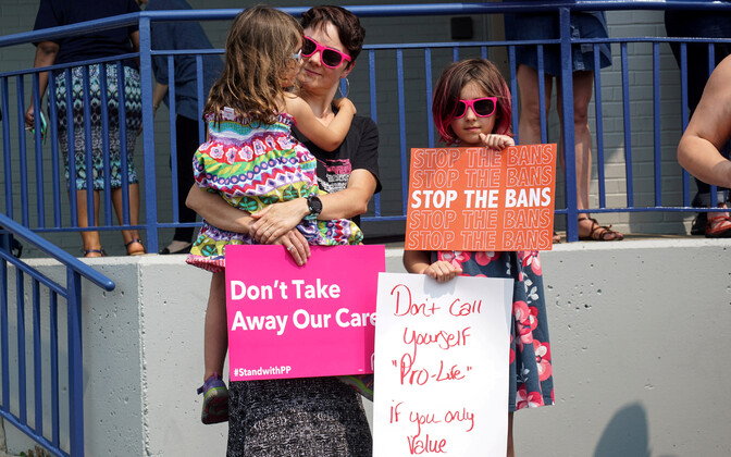 Abordi toetajad Missouris kohtumaja ees.