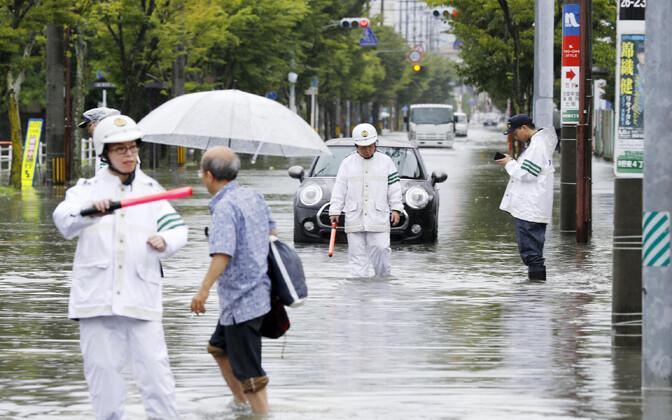 Jaapani politseinikud üleujutatud Saga linna tänavatel