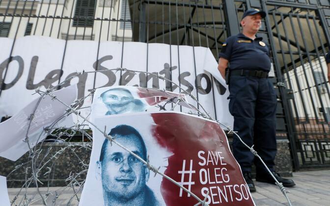 Oleg Sentsovi toetav meeleavaldus Kiievis Venemaa saatkonna ees.