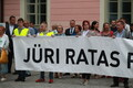 Supporters of Jüri Ratas gathered before the vote of no-confidence at Toompea on August 30