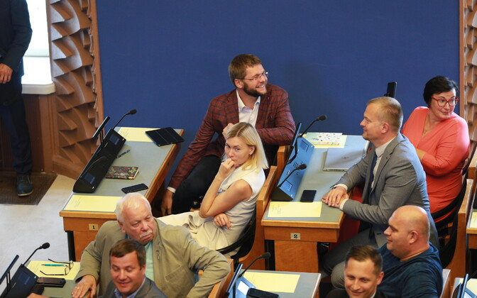 A regular day at the Riigikogu, Jaak Juske (second row, right hand side) sits with fellow SDE members Katri Raik, Jevgeni Ossinovski and Riina Sikkut.