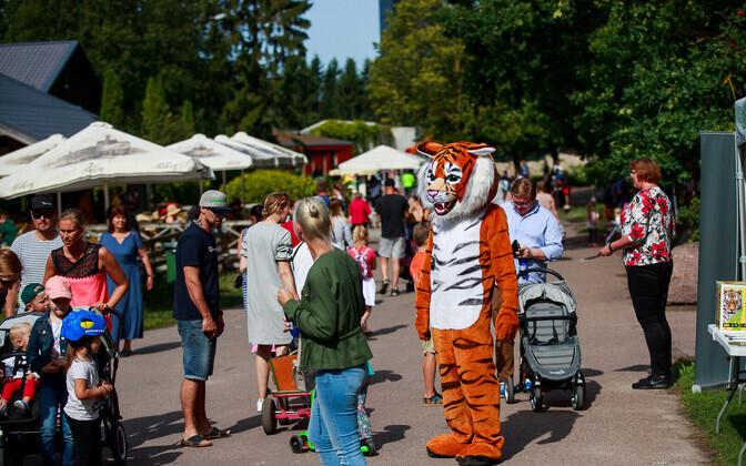 Как правило, семейный билет дает право на вход двум взрослым и двум детям. В Таллиннском зоопарке по семейному билету может пройти до трех детей.