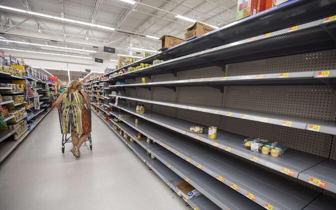 Orkaanivarusid soetavad inimesed on tühjendanud Floridas poodide riiulid.