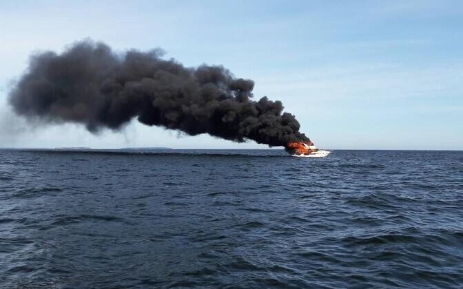 Põlev mootorpaat Helsingi lähedal