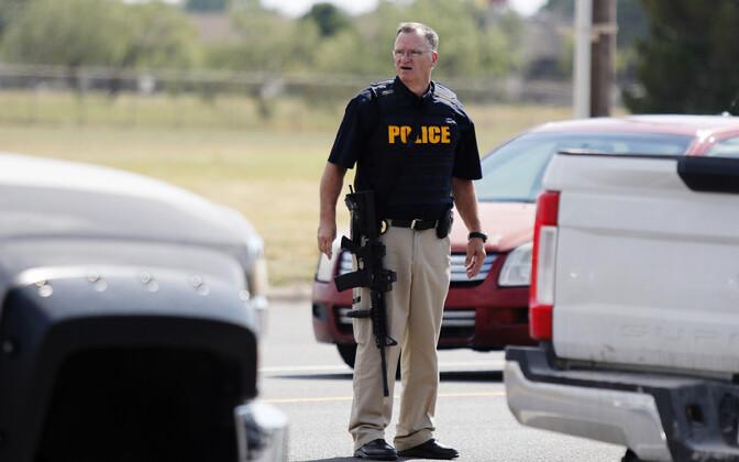 Полицейский в месте нападения.