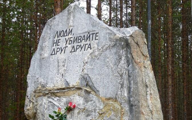 Sandarmohhi mälestuskivi Karjala Vabariigis.