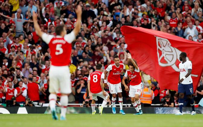 Arsenali mängijad viigiväravat tähistamas