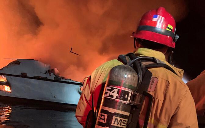 Ventura päästjad põlevat laeva kustutamas