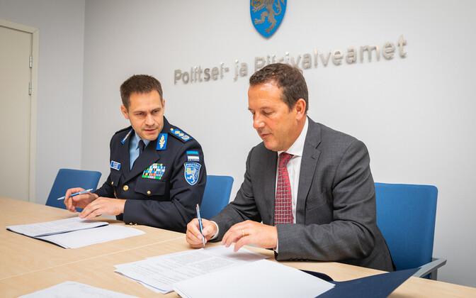 Элмар Вахер и Эндрю Кобб на подписании договора.