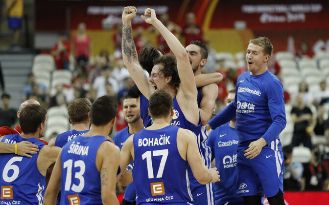 Tšehhi korvpallikoondised võidu üle rõõmustamas.