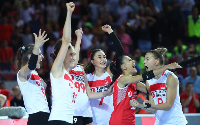 Türgi naiste võrkpallikoondislased rõõmustamas.