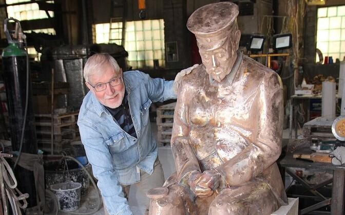 Лембит Онтон и его скульптура.